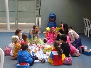 Educação Infantil - Crianças estudando