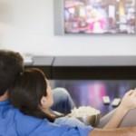Casal assistindo filme